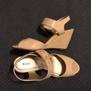 Open toe tan patent leather wedges